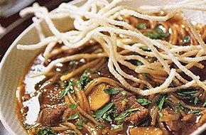 Fűszeres marhahúsleves tésztával